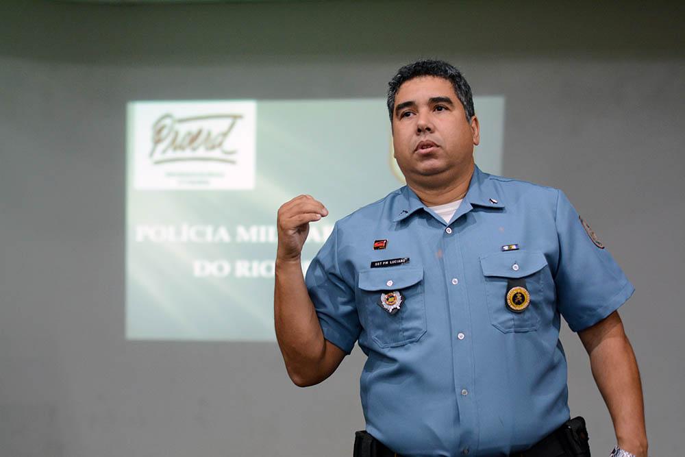 O 2º Sargento Luciano, da PMERJ, alertou sobre os problemas envolvidos no uso de drogas. (Foto: Gian Cornachini)