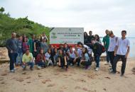 Grupo posa em frente à placa da APA de Guapimirim